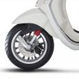 Φρενάρισμα… ασφαλέστερο Μπορεί η εμφάνιση να είναι vintage, να θυμίζει άλλες εποχές, στις νέες Vespa Primavera και Sprint των 125...