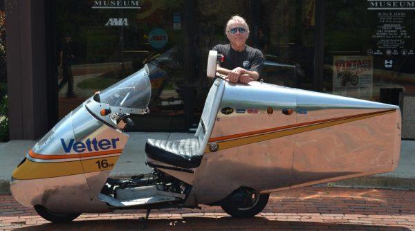 Ο κύριος Craig Vetter και το σκεπαστό, αεροδυναμικό, υπέρ-οικονομικό σκούτερ του