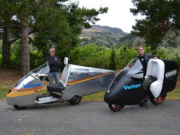 To scooter αριστερά και δεξιά μια ηλεκτρική μοτοσυκλέτα με το αεροδυναμικό φέρινγκ