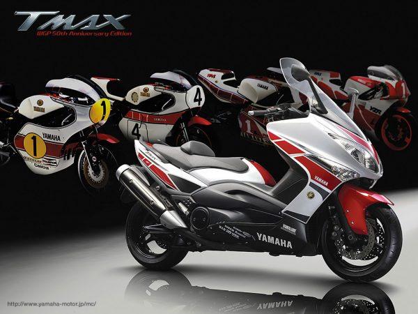 Στο βάθος θρυλικές αγωνιστικές μοτοσυκλέτες της Yamaha