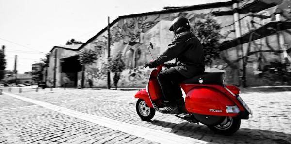 Vespa και αναβάτης κινούμενοι στα μονοπάτια της νοσταλγίας