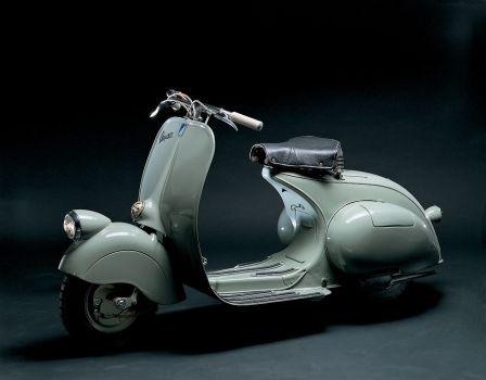 Η Vespa των 98cc του 1946. Από πλευράς εμφάνισης δεν είχε καμία σχέση με την Lambretta της ίδιας περιόδου