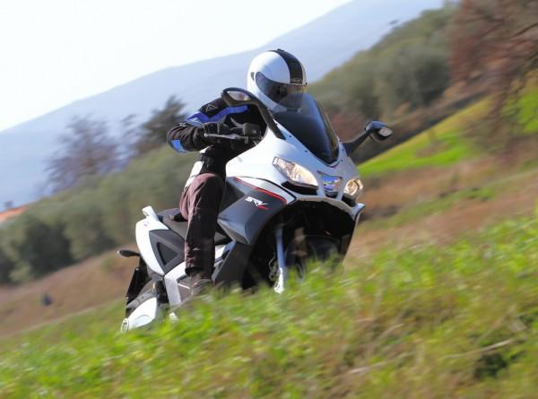 Απολαμβάνοντας τις επιδόσεις του SRV στην Ιταλία-Τοσκάνη (φωτό Piaggio)