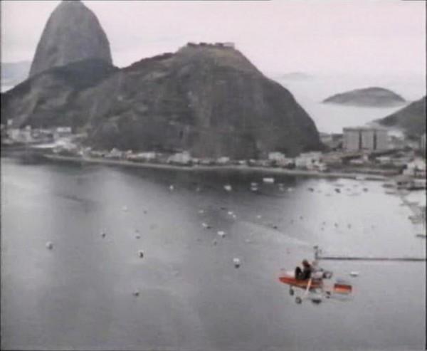 """Η """"Βέσπα"""" πετάει πάνω από το Ριο Ντε Τζανέιρο"""