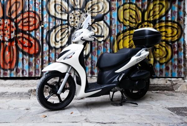 To Suzuki Sixteen 150 είναι ένα από τα σκούτερ που εισάγονταν και στη χώρα μας