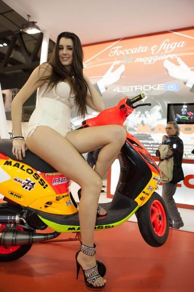 Αγωνιστικό Malossi Piaggio Zip με ενίσχυση από γοητευτικό μοντέλο (φωτό EICMA)