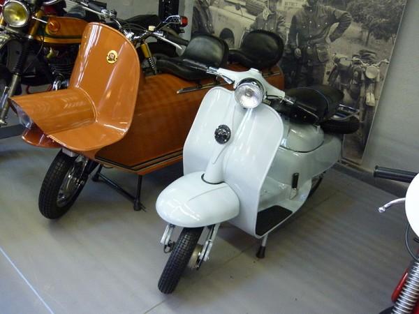 Σήμερα: Montesa Fura και Micro Scooter δίπλα-δίπλα στο μουσείο Pernanyer