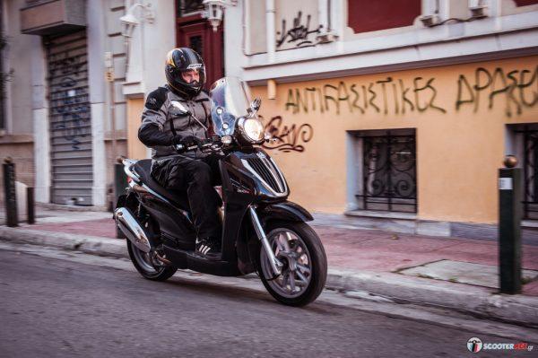 <strong>To μαύρο Piaggio Carnaby Cruiser 300ie είναι και το πιο διακριτικό των χρωματισμών που διατίθεται το μοντέλο</strong>