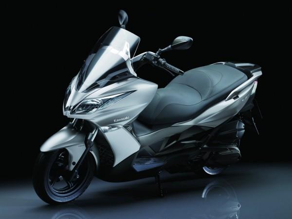 Η Kawasaki ξεκίνησε συνεργαζόμενη με την Kymco (βλ. J300) και θα συνεχίσει μόνη της στα σκούτερ