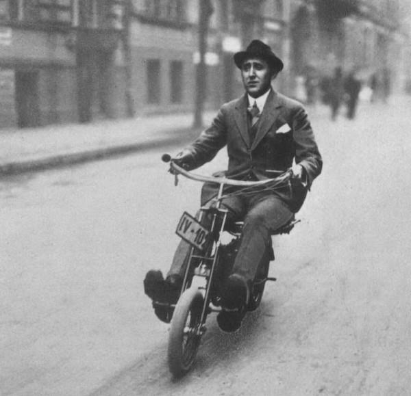 """To DKW Golem στο δρόμο, οδηγείται από έναν """"στεναχωρημένο"""" κύριο"""