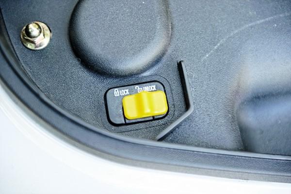 ... όπως και τα κουμπιά διακοπής ρεύματος προς τον διακόπτη κάτω από τη σέλα