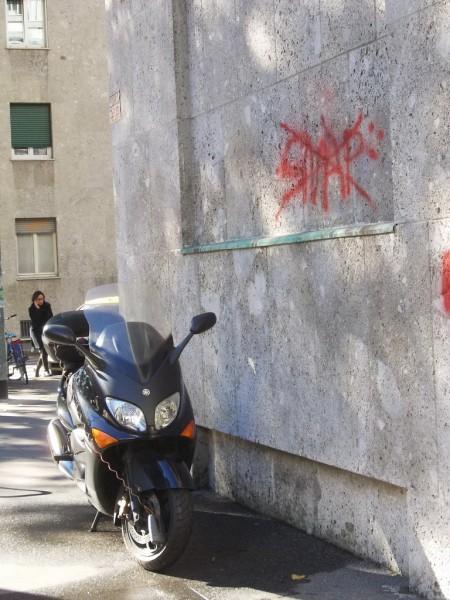 Στην άκρη του τοίχου, πάντα πάνω στο πεζοδρόμιο...