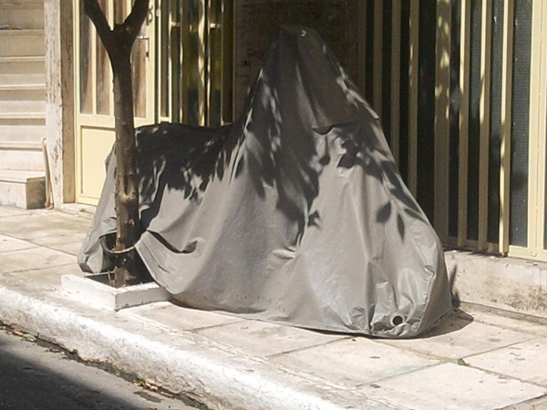 Κρυμμένο κάτω από το κάλυμμά του, στη σκιά του δρόμου