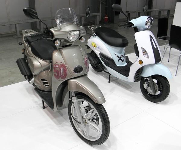 """Το """"Αprilia"""" αριστερά και το Yamaha δεξιά με λογότυπα της Jiajue"""