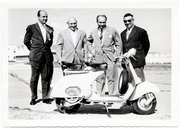 Ο Corradino D' Ascanio δεύτερος από αριστερά