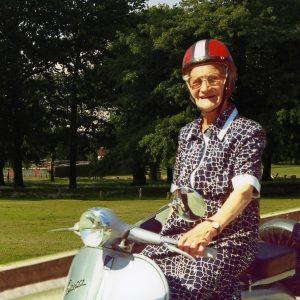 LUISA ZAPPITELLI: Με Vespa, στα 106 της χρόνια