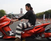 VIDEO: Γιαπωνέζικα σκούτερ που ανεβοκατεβαίνουν!